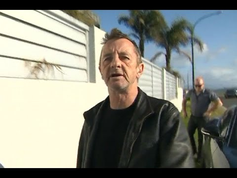 Phil Rudd flips out at cameraman after court appearance