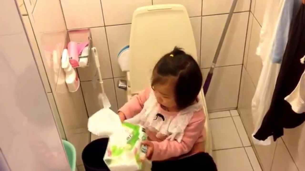 還沒三歲自己上廁所被跟拍超生氣!