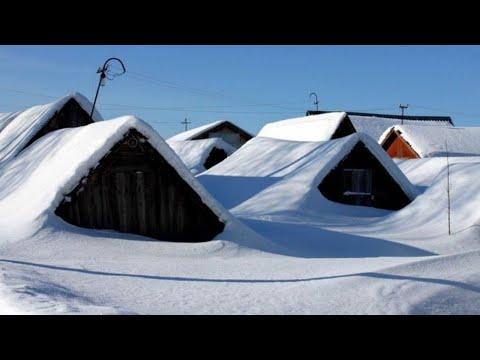 Дома засыпает снегом под крышу. Зима продолжает свирепствовать