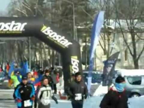 Ilie Rosu la Semimaratonul Gerar, cu drapelele Romaniei, Germaniei, UE si ONU