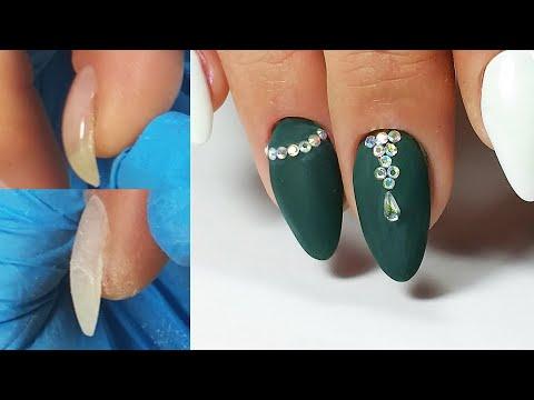 Дизайн со стразами нарощенных ногтей
