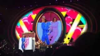 Robbie Williams пригласил девушку в постель на концерте в Минске.
