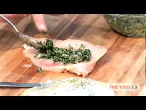 poitrines-de-poulet-à-la-persillade,-tomates-cerises-grillées-et-sauce-yogourt-à-la-menthe
