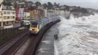 Шторм обрушился на поезд