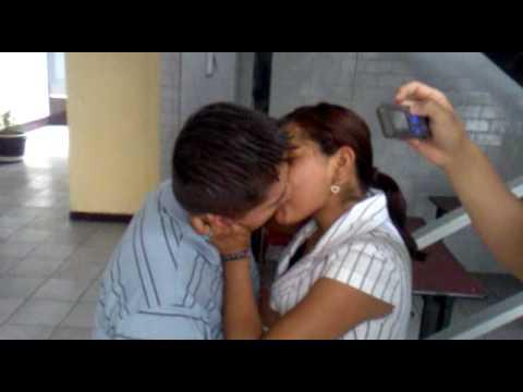 Mujeres dandose besos de lengua - 1 9