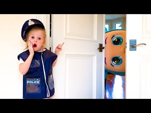 Настя играет в профессию полицейского