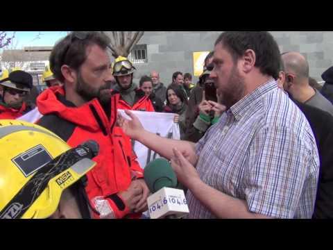 Bombers de la Generalitat s'encaren amb Oriol Junqueras (ERC) pel seu suport a les retallades