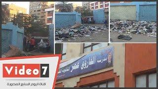 """بالفيديو.. أكوام القمامة تحاصر مدرسة الفاروق عمر الثانوية المشتركة بـ""""البراجيل"""""""