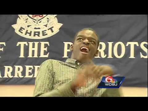 Students applaud as John Ehret star athlete gives homecoming king title to classmate