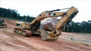 Escavadeira Hidráulica Caterpillar 336D, Carregando Matacão Gigante, Pressão