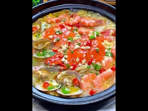 天气转凉不知道吃什么,那就来锅热腾腾的酸汤海鲜锅吧,酸辣又鲜美。