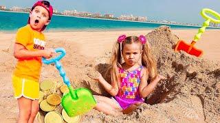 डीयेना और रोमा समुद्र तट पर पापा के साथ खेलते हैं