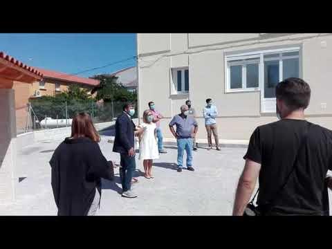Ángeles Vázquez visita las viviendas sociales y las piscinas de Cualedro