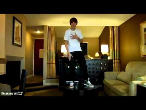 Justin Bieber Se Cae De Una Mesa