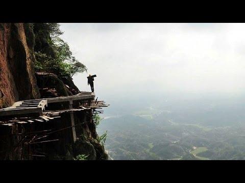 危険度MAX!断崖絶壁に道路を作る中国人労働者がヤバイ!