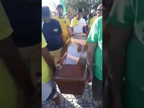 Com caixão, manifestantes realizam enterro simbólico do STF em Natal