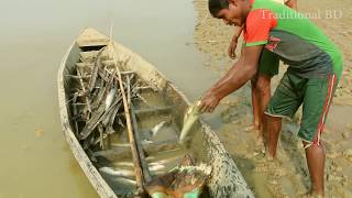 wow! amazing children monster fishing - how to catch fish by hand  - catch a lot of fish