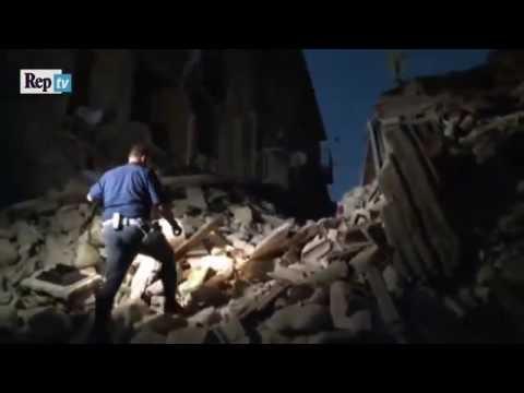 Los momentos incansables de búsqueda por supervivientes en Italia