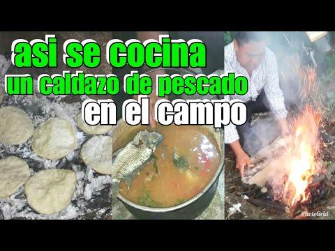 Así cocinamos los hombres un caldo de pescado en el rio