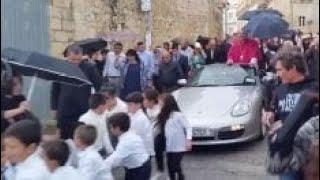 Nuovo prete in città: la sfilata sulla Porsche trainata dai bambini