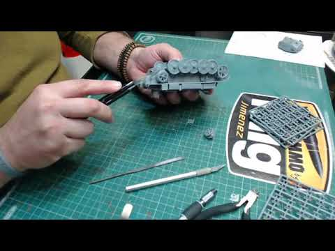 "Assemble of the Tank Tracks from Luchs 123 from Mirage Hobby kit 1:35 ""Low Quality video"""