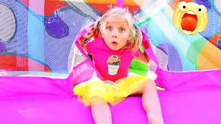Девочка играет в большой надувной магазин