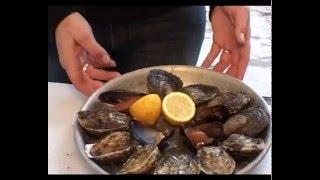 видео как есть устрицы в ресторане