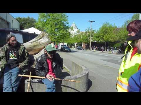 Daniel Thompson does his Heliography Art with LifeSKills Crowd watching in Vancouver DTES.mp4