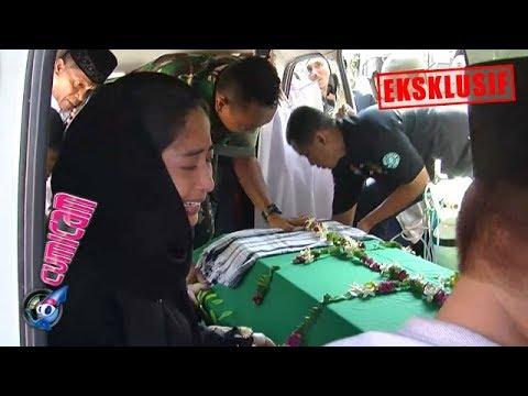 Hot News! Dewi Perssik Peluk Peti Mendiang Ayahnya dan Histeris - Cumicam 11 Juni 2019