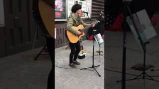 近鉄奈良駅での路上ライブです!!ミカズキンがとっても楽しそうに歌っ...