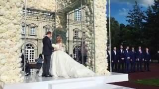Отец невесты ведет ее к жениху Никите Преснякову