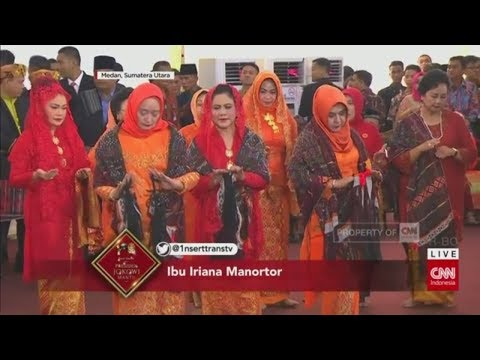 Tersipu Malu, Ibu Negara Iriana Manortor di Depan Jokowi
