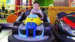 Eğlence Merkezinde Çarpışan Arabaya Bindik, Oyunlar Oynadık   Eğlenceli Çocuk Videosu