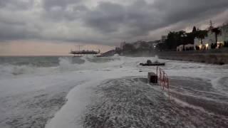 Ялта шторм в субботу... 2017 Крым(Шторм в Ялте. Посмотрите Гурзуф с высоты птичьего полета https://www.youtube.com/watch?v=O-5wn7H5VAE., 2017-01-15T11:22:53.000Z)