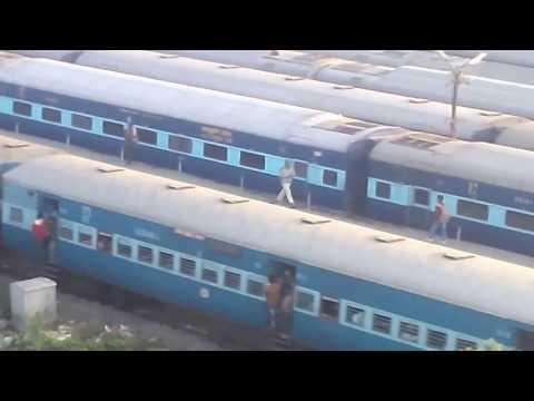 18621 Patliputra express flying past Rajendranagar carshed | Nice backdrop