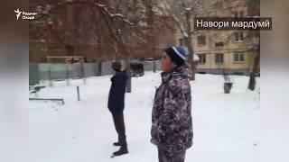 Дар Магнитогорск муҳоҷири тоҷик тахриби манзилашро  тамошо мекунад