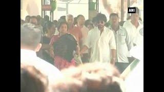 SRK attends father-in-law's last rites in Delhi