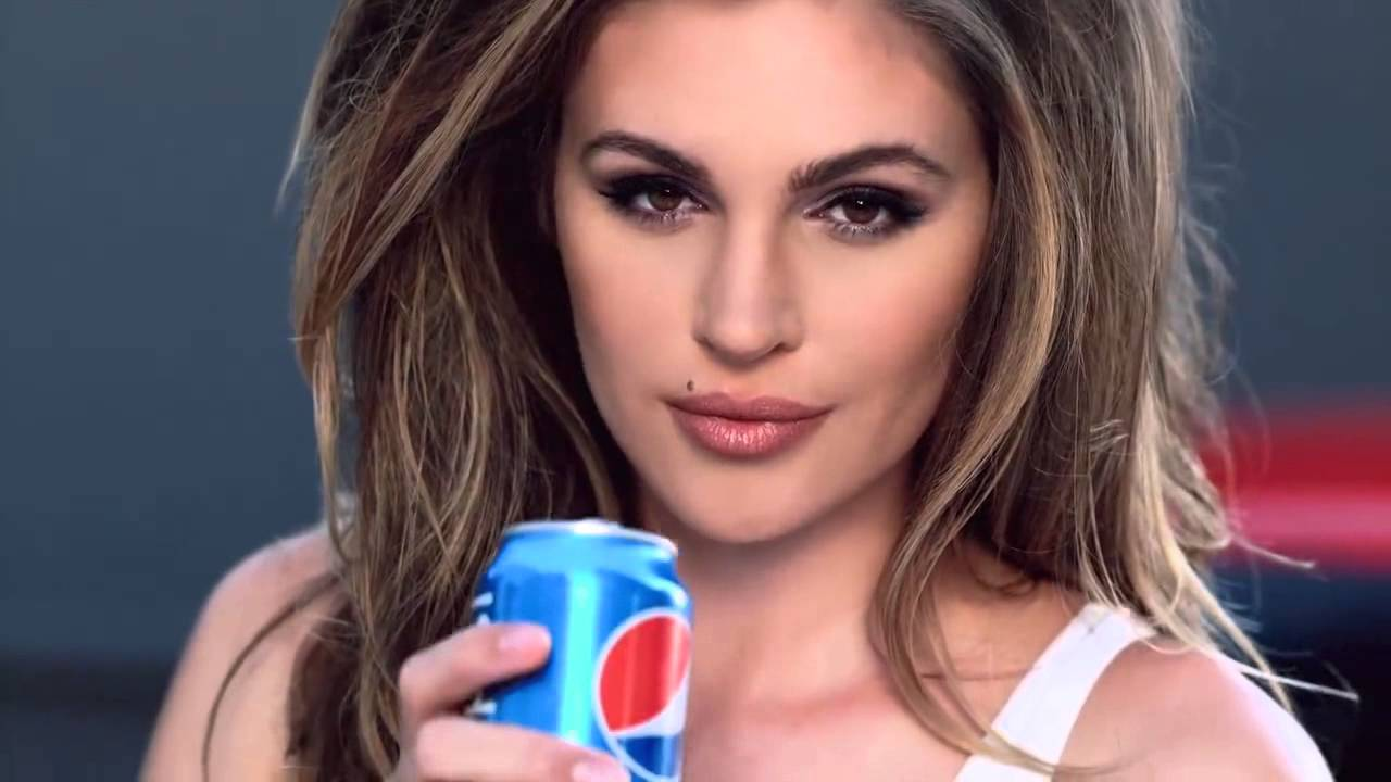 Cindy Crawford appeared in a commercial for the German tabloid newspaper Spar 05/26/2009 42