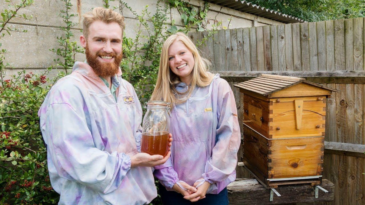 Daisy & Cameron Flow Hive nuôi ong và thu hoạch mật ong ở Anh