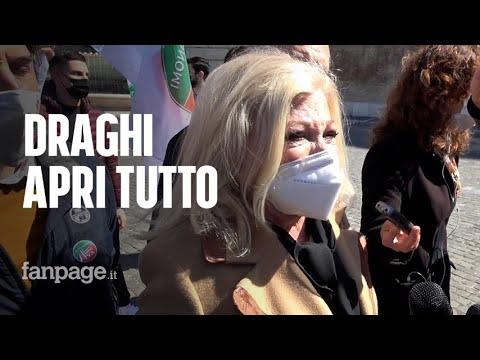 Covid, Sandra Milo in lacrime nella piazza dei lavoratori autonomi: