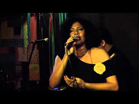 Sanny Alves cantando Deixa