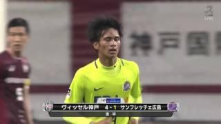 長沼 洋一(広島)がゴール前の混戦から足元に転がったボールを落ち着い...