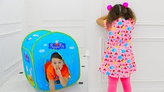 Adriana y Ali juegan a las escondidas con una tienda de juguetes de Peppa Pig
