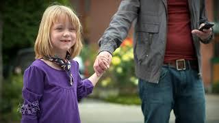 Martina zieht Kinder auf dem Flohmarkt ab