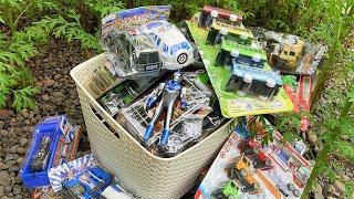 Menemukan Mainan Baru, Ultraman, Truk Pasir, Forklift, Excavator, Tank, Tayo, Pemadam Kebakaran