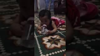 Baby cười tét rún