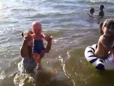 Влог 2 мы на речке !!) купаемся и играем в воде !!!)