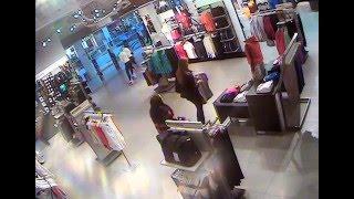 Две девочки украли футболку