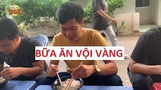Bữa ăn vội vàng của Khương Dừa để kịp ghi hình giọng ải giọng ai!!!