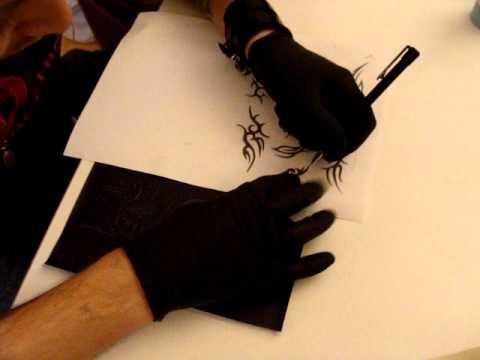 fredimix tattoo : calquer un dessin avec feuille carbonne en